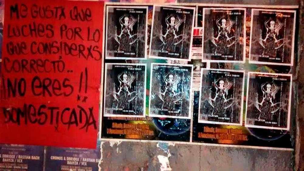 Pegada de carteles del colectivo chileno Útero Rebelde