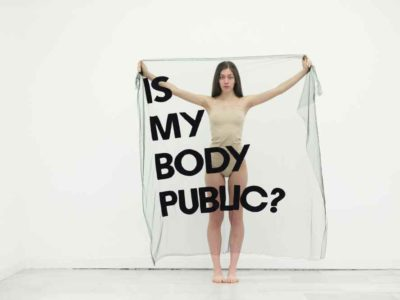 "ALICIA FRAMIS ""IS MY BODY PUBLIC"" (Madrid, 2018). Performance con 15 chicas y 15 idiomas o dialectos."