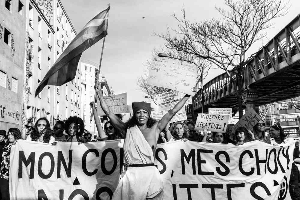 Mónica León encabeza la manifestación el 8M, 2015 en París. Teresa Suárez