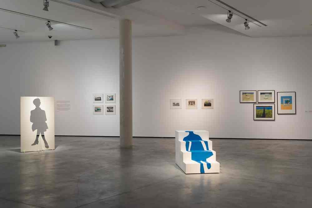 Vista General Ana Vieira, El paso de la señora M.L.T., 1967-2007. Madera y tinta acrílica, 80 x 74 x 116 cm. Colección Ana Vieira State. © de la obra de arte, Ana Vieira State, 2020. Fotografía: Frederico Brizida