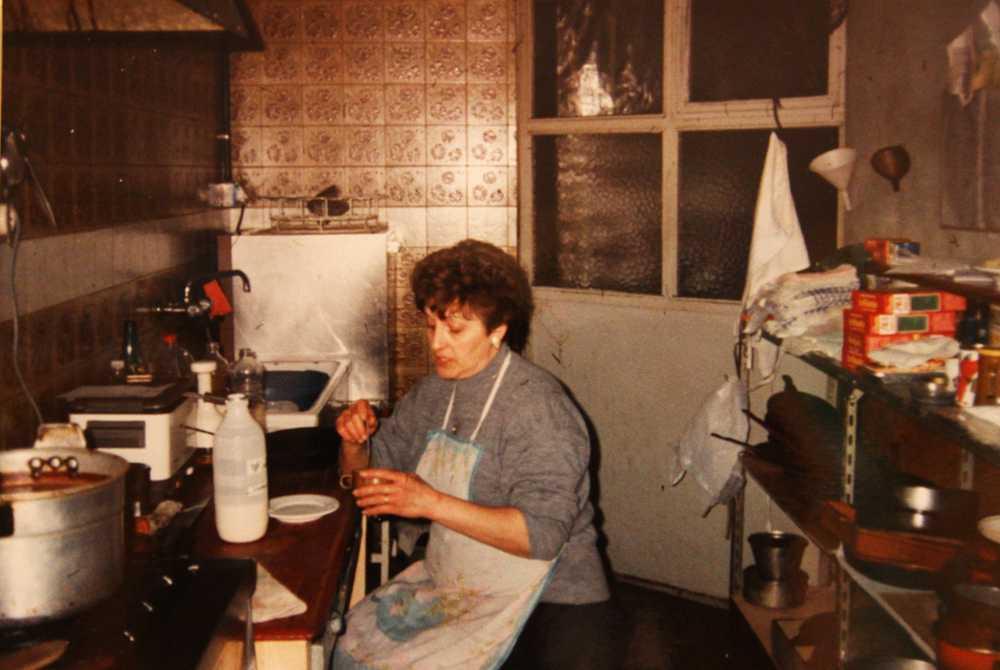 Mila en la cocina del bar Casa Lalo, lugar donde pasó horas y horas preparando comisa a los obreros de la zona.