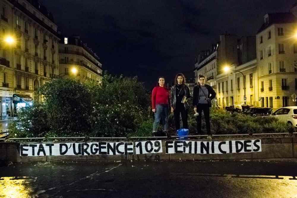 Un grupo de mujeres posa tras una acción nocturna para denunciar los feminicidios en el noroeste de París. Teresa Suárez