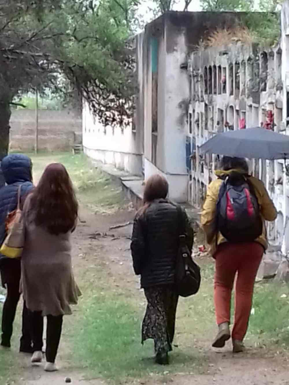 MUJERES SANTASTrabajo de campo en el cementerio de la ciudad de Córdoba. Foto: Alejo Martin