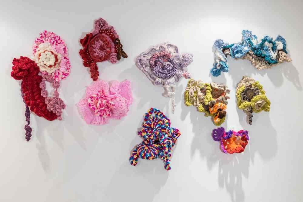"""Charo Corrales. 15 piezas de crochet. Medidas variables. /Hilos: lana, algodón, plástico, cuerda.La exposición """"Mutantes"""" está formada por quince piezas de medidas y colores variables realizadas con diversos materiales entretejidos con ganchillo."""