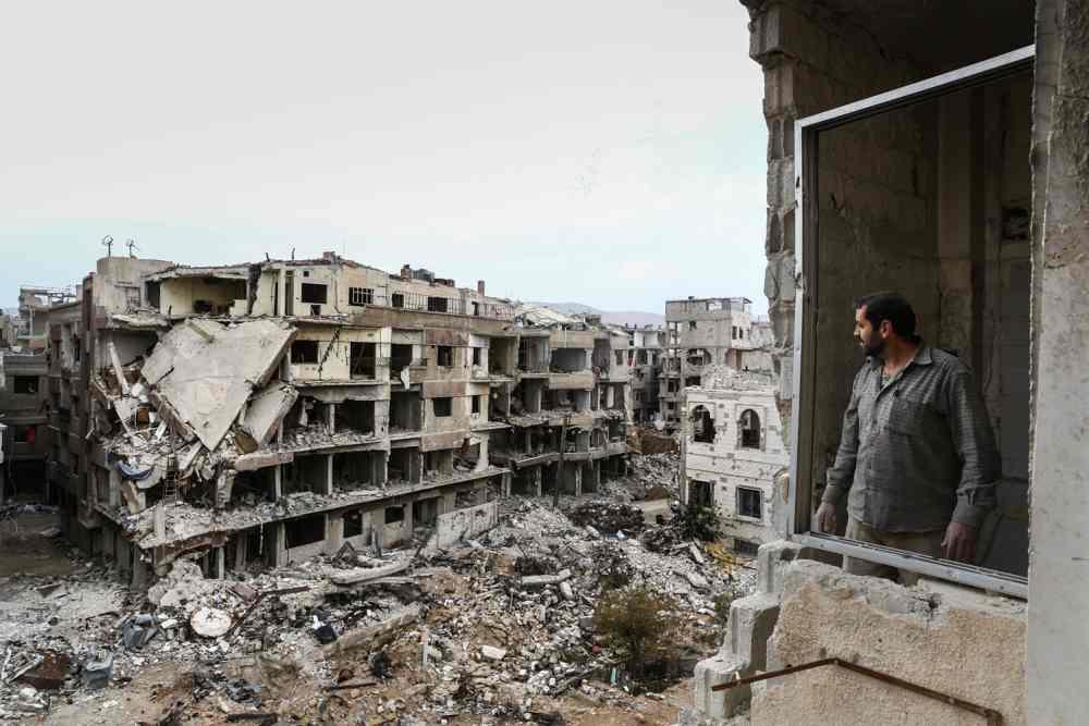 Una mujer avanza entre las ruinas de la ciudad de Kafn Batma a las afueras de Damasco. Teresa Suárez