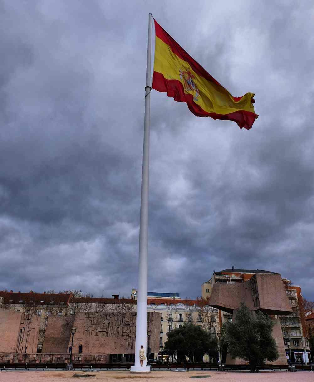 Las banderas empequeñecen. Foto María Dain.