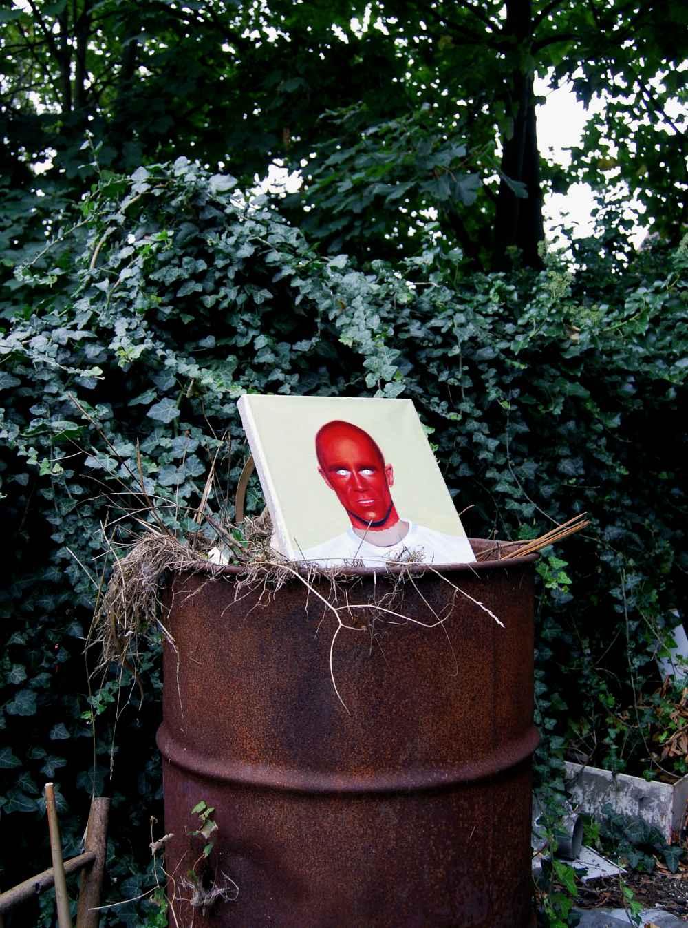 Demonio. Instalación en los suburbios de Londres, 2017 Óleo sobre lino, barril de metal, desechos vegetales y fotografia Colección de la artista