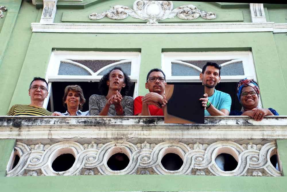 Proyecto Marielle Franco, 2017 Nueve fragmentos del retrato de Marielle Franco realizados en óleo sobre lino, instalados en diversos lugares. Fotograma correspondiente al fragmento instalado en la sede del colectivo Arco Iris LGTBI. Colección de la artista