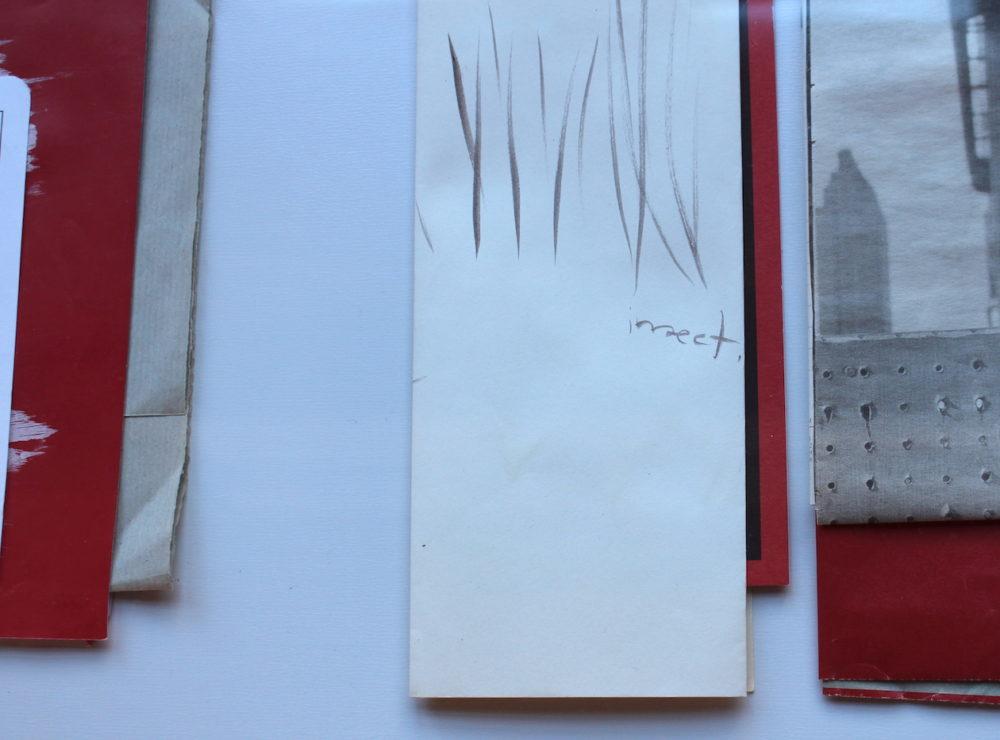 SILVIA GARCÍA GONZÁLEZ Detalle de una de las vitrinas de la exposición rastro material en el Claustro alto de Fonseca, USC