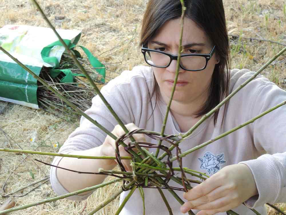 Fundación Merayo Sandra tejiendo con las propias vilortas la estructura del nido.