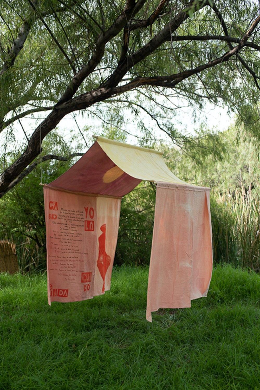 """Aby Blanco. """"Mi casa me cuida, yo la cuido"""". Linografía sobre manta teñida con cochinilla grana, palo de brasil y granada. 200 cm x 200 cm x 200 cm. 2019."""