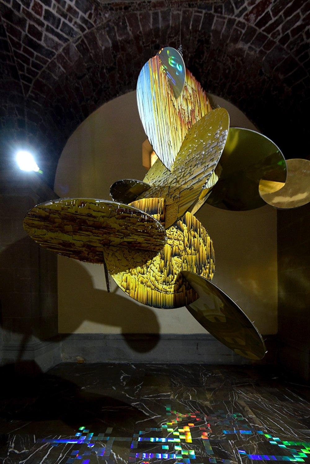 """Isabel Gaspar. """"Luminiscente"""". Instalación con ensambles de gráfIca impresa y ensamblada con alfleres. 250 x 150 cm. 2019."""