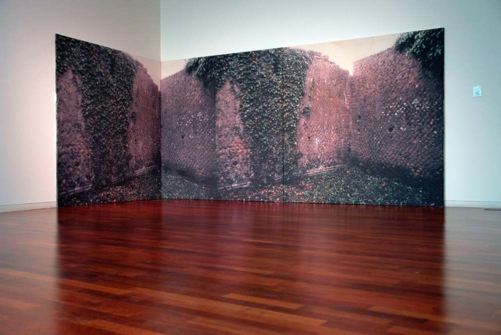 Ostia Antica Instalación. Impresión de tintas pictóricas a partir de diapositiva y acrílico sobre tela de algodón crudo. Tríptico de 200 x 200 cm c/u (total: 200 x 600 cm). 2006 | ALICIA GONZÁLEZ (JABERBOCK) | ROSELL MESEGUER | VII MUJERES MIRANDO MUJERES